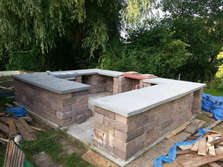 Outdoor Küche mit Betonarbeitsplatte bearbeiten