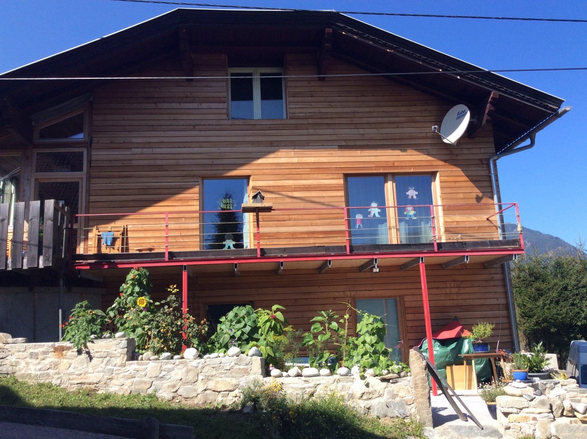 Holz-Fassade m. Granitmauer.JPG