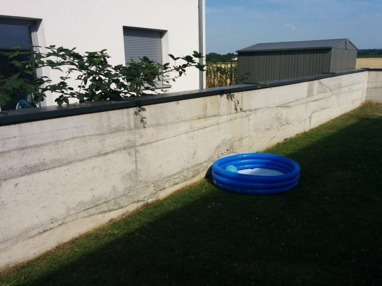 Wie Gartenmauer aus Beton vorbehandeln für Reibeputz