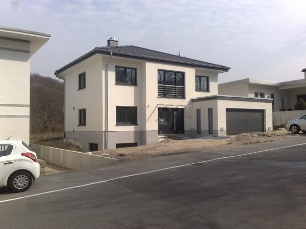Haus Mit Anthrazit Fenster ausdehnung sektionaltor