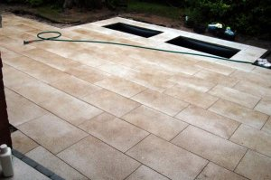 frisch verlegte terrassenplatten braun verf rbt. Black Bedroom Furniture Sets. Home Design Ideas